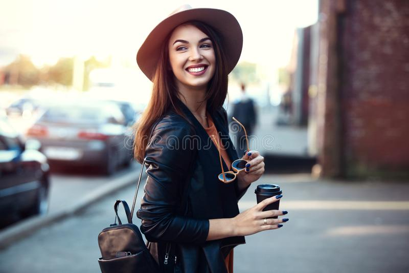 特写镜头时尚年轻人相当时髦女孩摆在城市的,街道时尚妇女画象  免版税库存图片