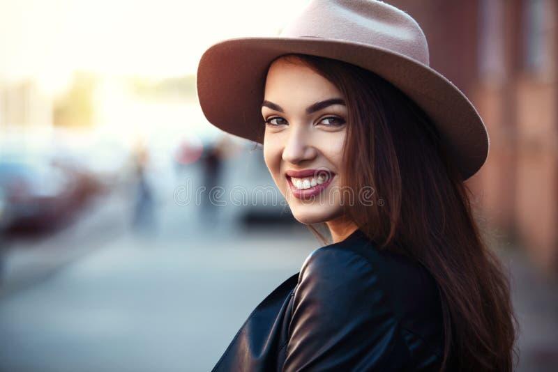 特写镜头时尚年轻人相当时髦女孩摆在城市的,街道时尚妇女画象  库存照片
