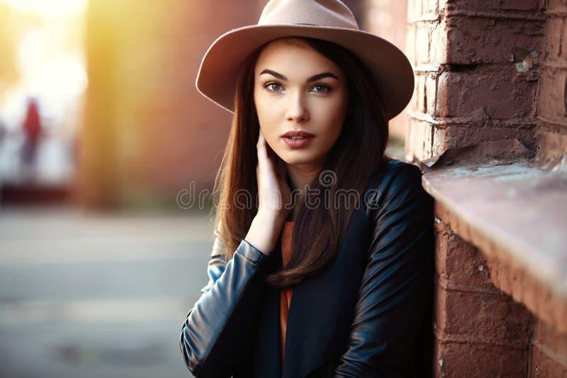 特写镜头时尚年轻人相当时髦女孩摆在城市的,街道时尚妇女画象  免版税库存照片