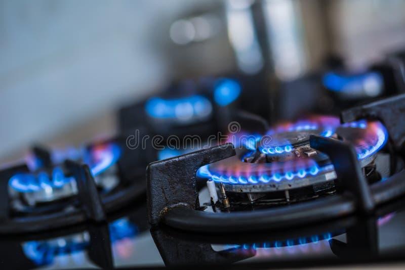 特写镜头有蓝焰烧的厨灶厨师 免版税图库摄影