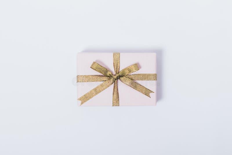特写镜头桃红色有金丝带的礼物盒在白色背景 库存照片