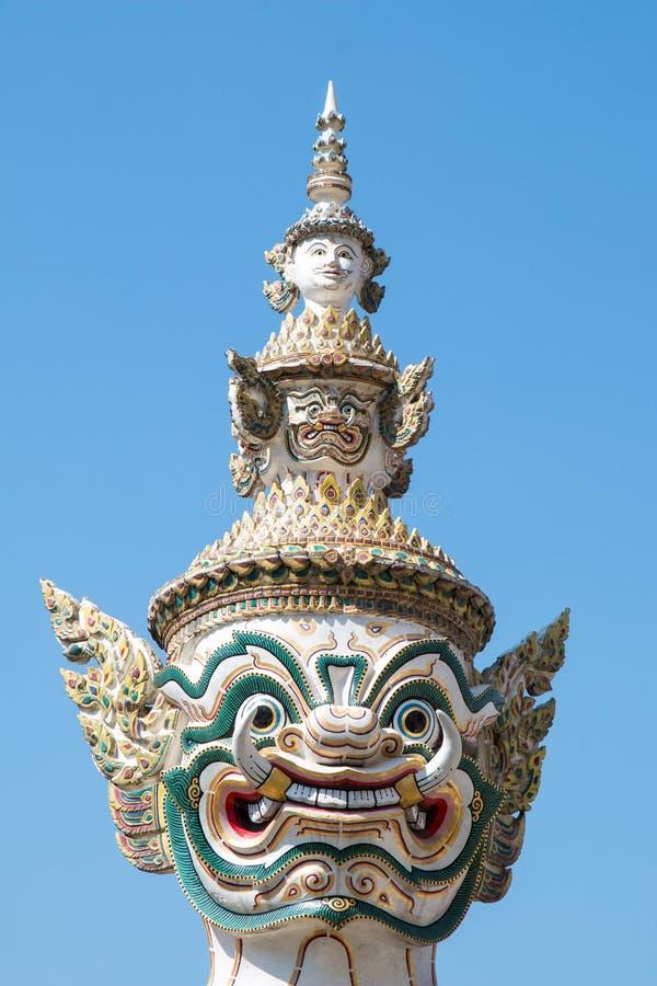 特写镜头泰国大大雕象的古老头和面孔与天空蔚蓝,与天空蔚蓝,曼谷的皇家曼谷大皇宫Wat pha kaew的 库存图片