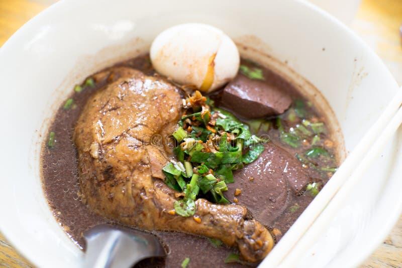 特写镜头泰国被炖的鸡汤面 免版税库存图片