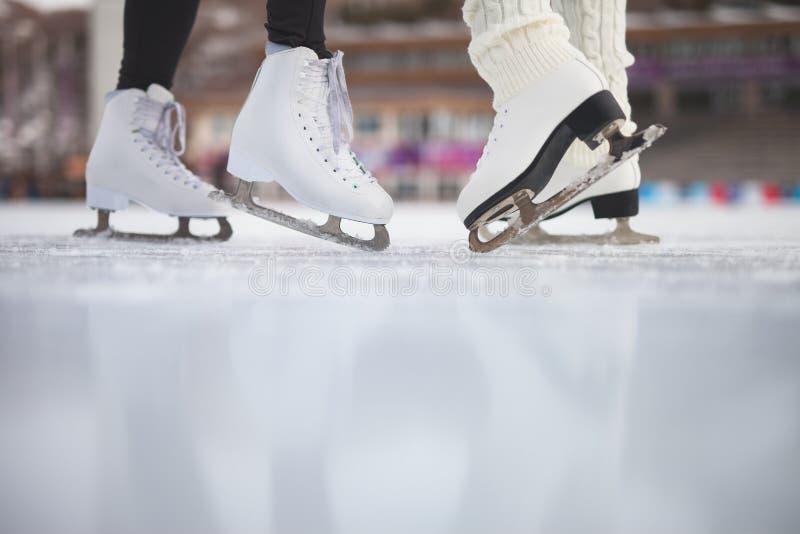 特写镜头滑冰的鞋子滑冰室外在滑冰场 免版税库存照片