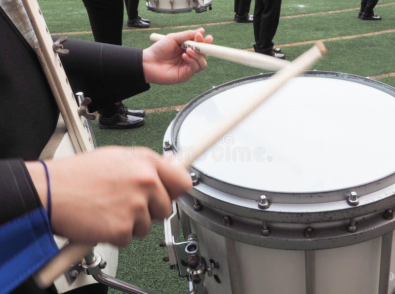 特写镜头演奏鼓音乐设备的人手 库存照片