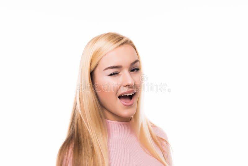特写镜头演播室有桃红色头发结的正面卖弄风情的年轻欧洲妇女愉快地微笑,眨眼睛对在戏剧的照相机的射击了  库存图片