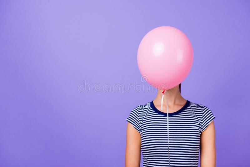 特写镜头画象她她与桃红色氦气球概念的好的有吸引力的滑稽的女孩结束面孔被隔绝在紫罗兰 库存照片