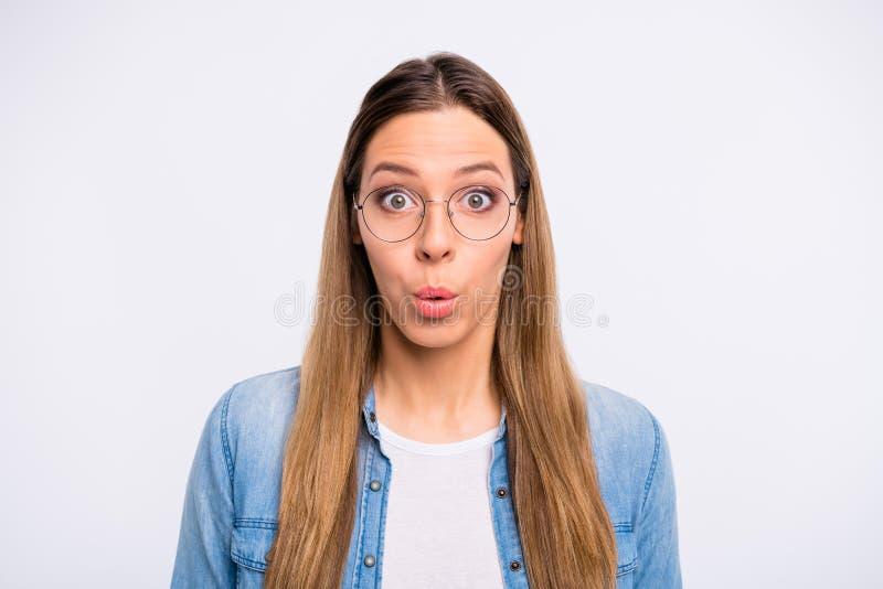 特写镜头画象她她佩带specs的好可爱的困惑的迷茫的惊奇直发的夫人做鬼脸 库存图片