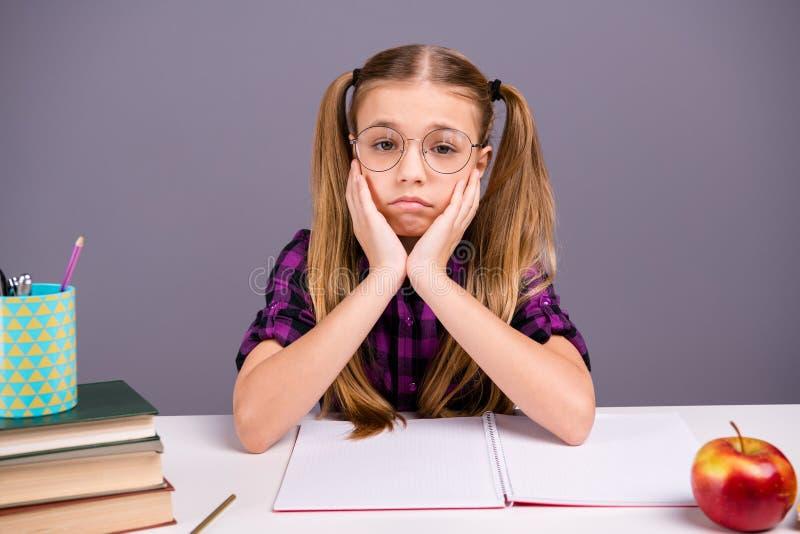 特写镜头画象她她参加乏味的教训的好可爱的可爱的迷人的脾气坏的女孩回到学校秋天 免版税库存图片