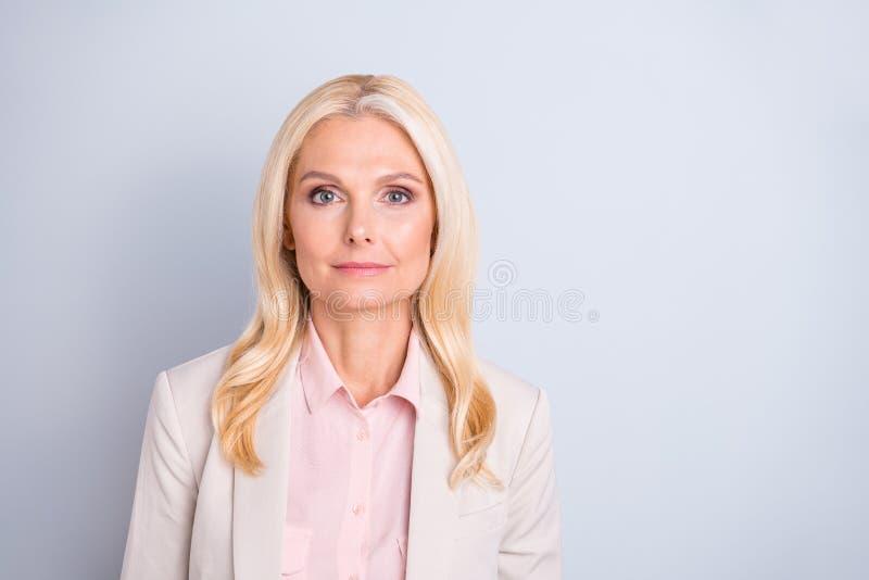 特写镜头画象她她好可爱的迷人的时髦的确信的安静严肃的有波浪头发的夫人熟练的hr经理 免版税库存图片