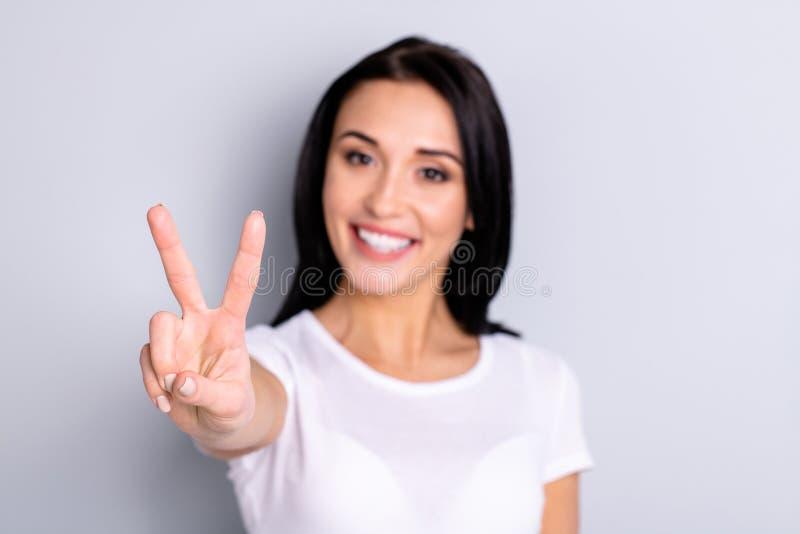 特写镜头画象她她好的有吸引力的可爱的亮光讨人喜欢的乐观迷人的内容快乐的爽快女孩 免版税库存图片