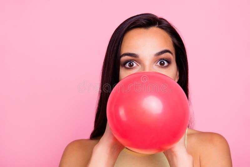 特写镜头画象她她nice-looking可爱的可爱的迷人的引人入胜的华美的迷人的女孩吹的baloon 免版税库存照片