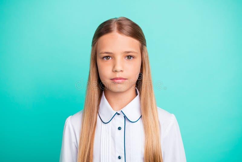 特写镜头画象她她nice-looking可爱的可爱的迷人的确信的镇静平安的青春期前的女孩被隔绝  免版税库存图片
