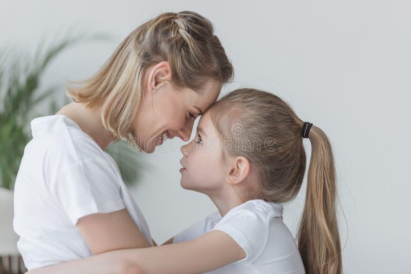 特写镜头画象母亲和女儿拥抱 图库摄影