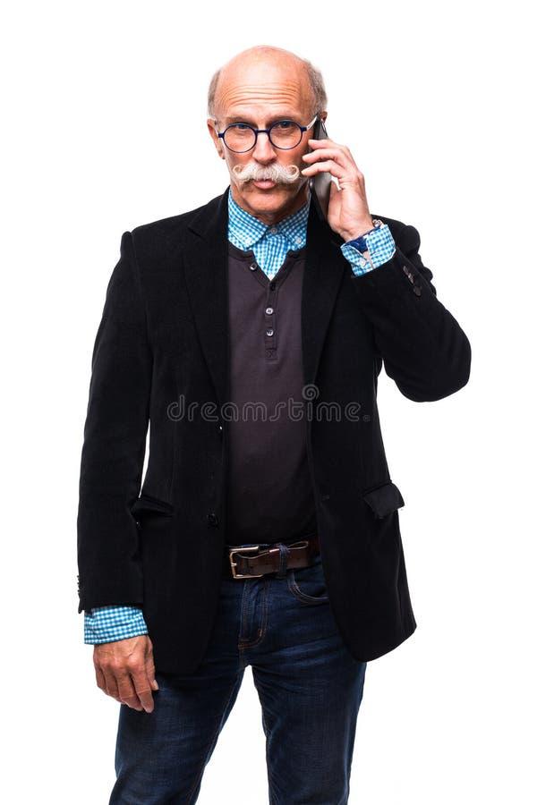 特写镜头画象翻倒,哀伤,沮丧,担心的老人,老雇员,父亲,工作者谈话在电话,隔绝了白色backgrou 免版税库存图片
