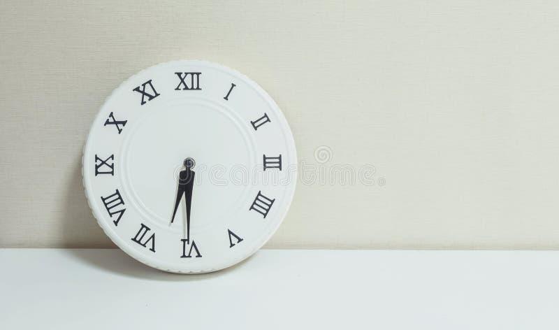 特写镜头白色时钟为装饰展示一半通过六或6:30 a m 在图片
