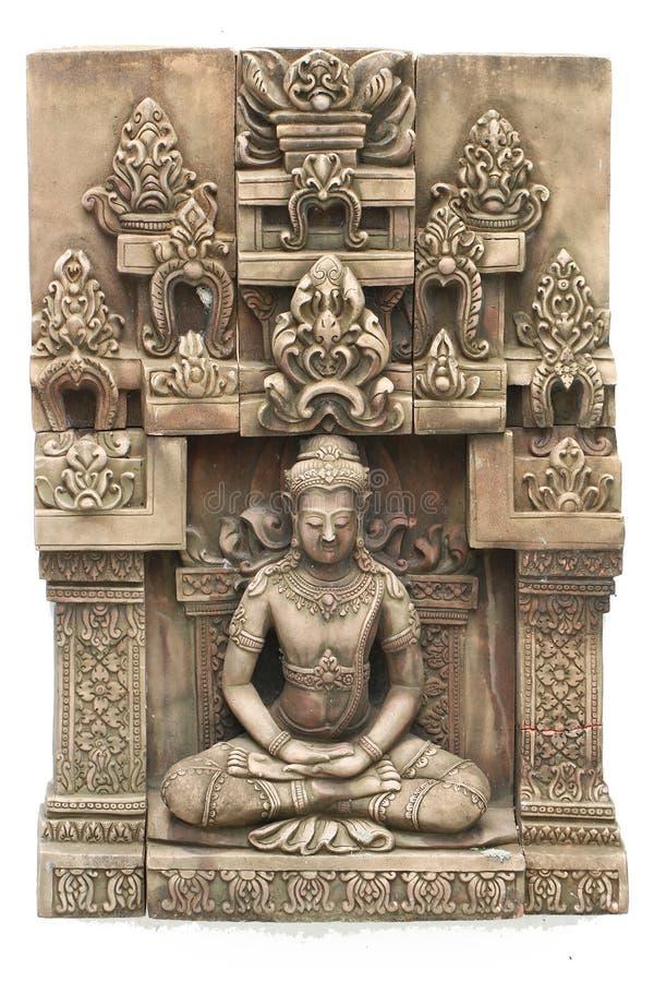 特写镜头石雕刻在寺庙,柬埔寨在白色背景隔绝的艺术雕塑前面的安装的菩萨 免版税库存照片