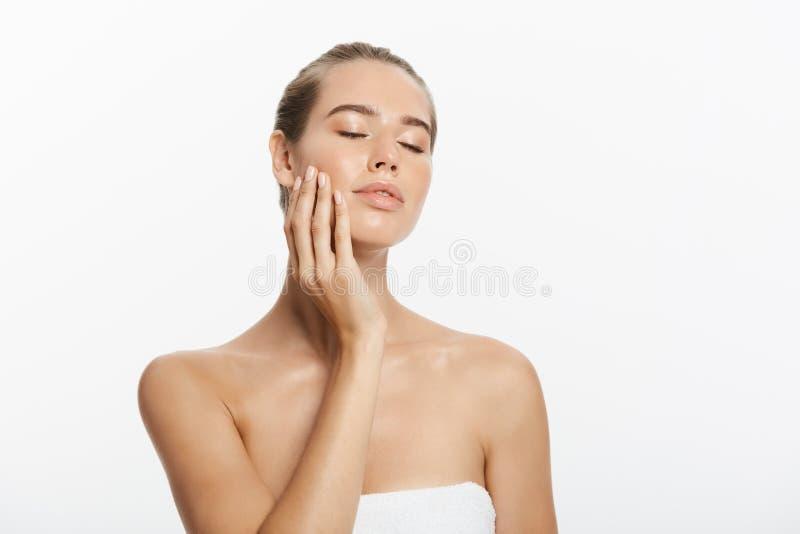 特写镜头秀丽模型与自然裸体构成和干净的皮肤的女孩面孔 Skincare面部治疗概念 空白 库存图片