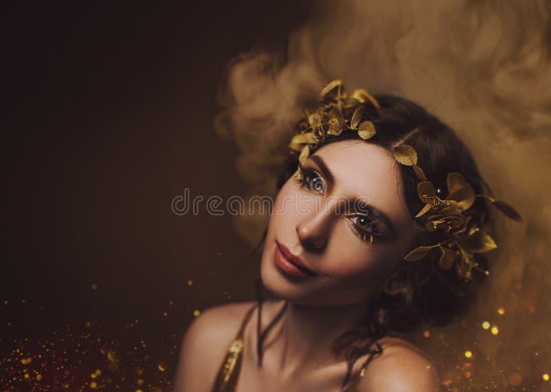 特写镜头纵向 女孩有创造性的构成的和有金黄睫毛的 一个月桂树花圈的希腊女神与 免版税库存照片