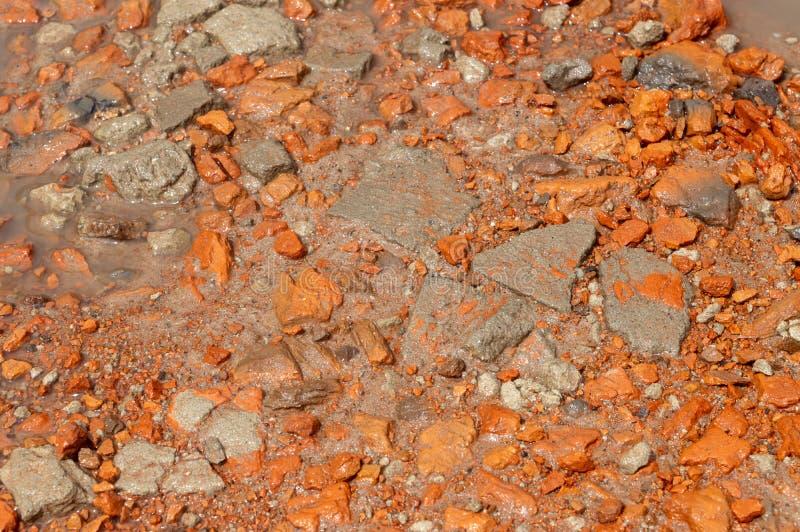 特写镜头纹理 红色石头和石渣沙子水 免版税库存照片