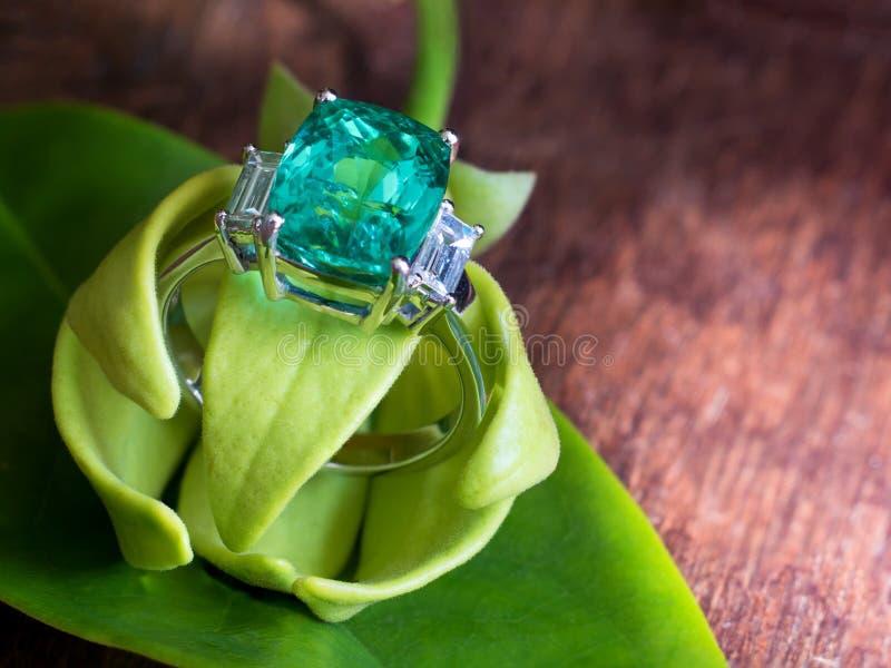 特写镜头绿色宝石圆环以与yla的瓣的白色金刚石穿戴 库存照片