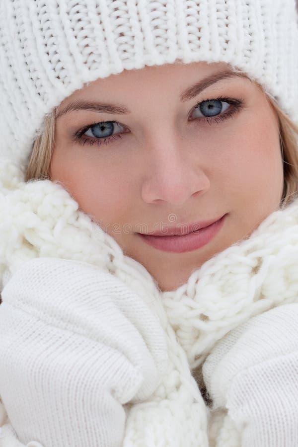 特写镜头美丽的妇女冬天纵向 免版税库存照片