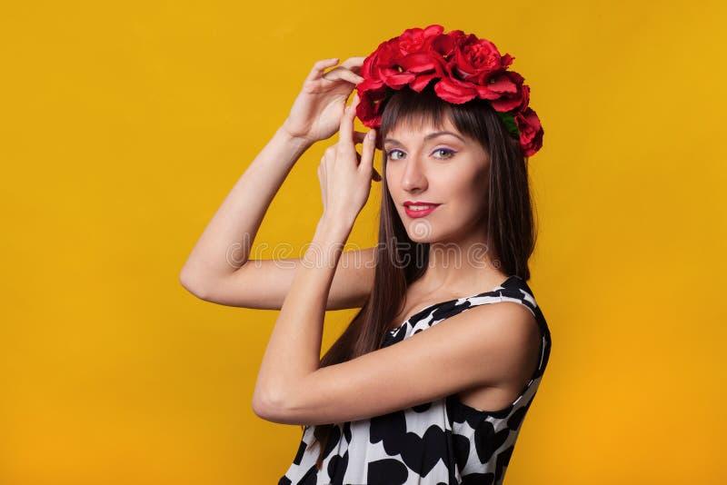 妆艳艳丽模特的近身时装画 美容脸 分离在橙色或黄色色彩上 库存照片