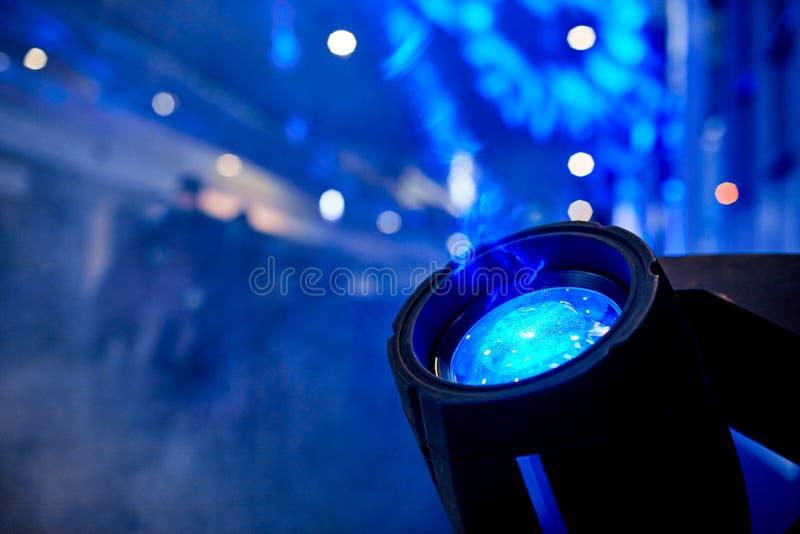 特写镜头聚光灯电灯泡背景,党音乐会迪斯科光 免版税库存照片