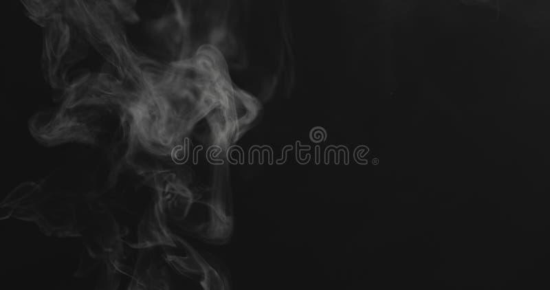 特写镜头蒸气小河从在黑背景的底部中心上升 免版税库存图片