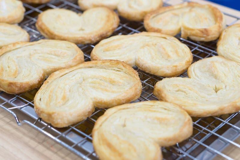 特写镜头蝴蝶饼或更加获奖的曲奇饼、甜点和点心conce 免版税库存照片