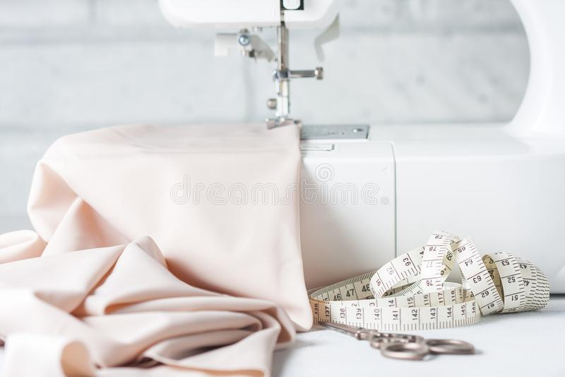 特写镜头衣物缝纫机和项目  免版税库存图片