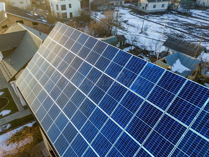 特写镜头表面点燃由在大厦屋顶的太阳蓝色发光的太阳照片流电盘区系统 可更新的生态绿色能量 免版税图库摄影