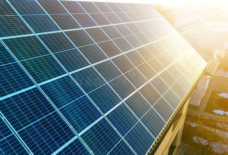 特写镜头表面点燃由太阳蓝色发光的太阳照片流电盘区 系统导致可更新的清洁能源 可更新 免版税库存照片