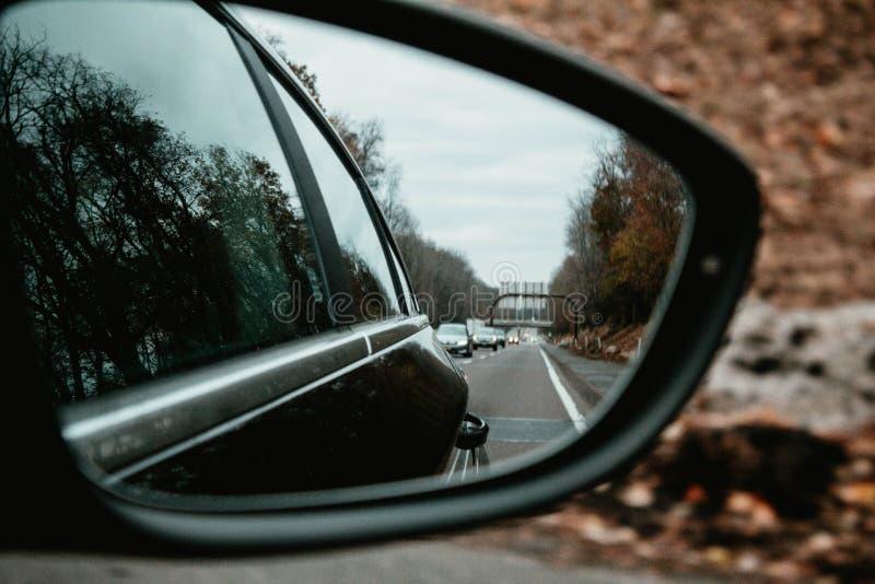 特写镜头被射击汽车的后视镜 免版税图库摄影