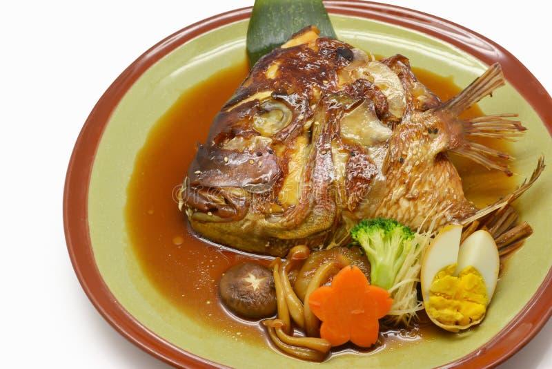 特写镜头被蒸的三文鱼头用在绿色板材日本的酱油 库存照片