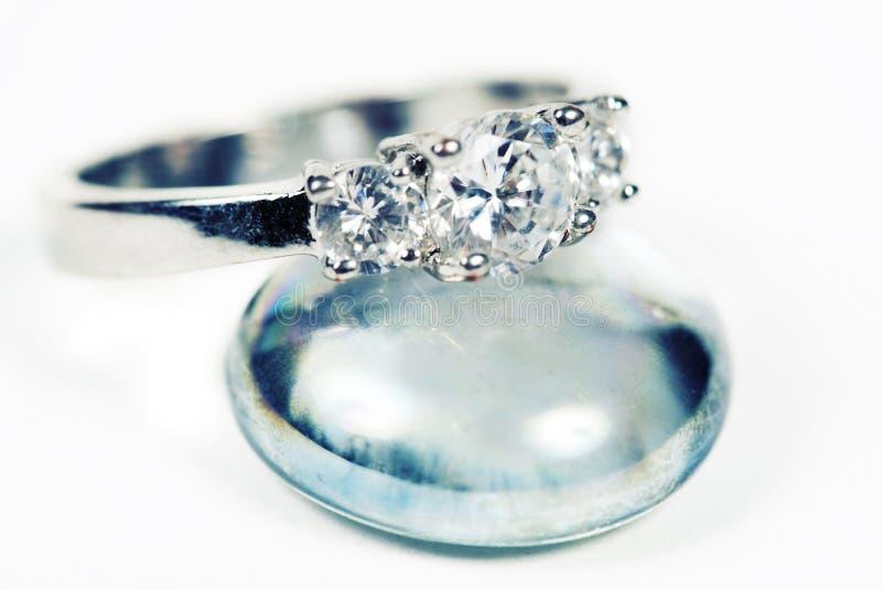 特写镜头被采取的定婚戒指 免版税库存图片