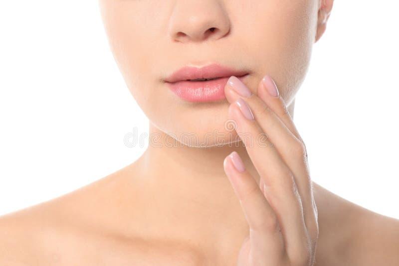 特写镜头观点的白色背景的美丽的年轻女人 塑造外形的嘴唇,皮肤护理 免版税库存照片