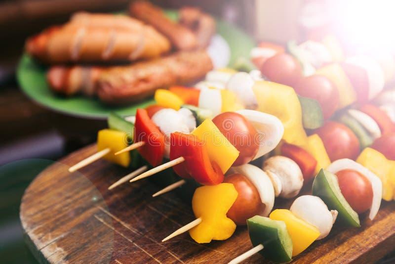 特写镜头观点的菜用蘑菇和香肠为户外烤肉烤了 免版税库存照片