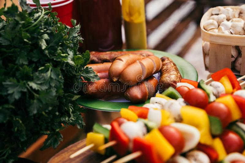 特写镜头观点的香肠和菜为户外烤肉烤了 图库摄影