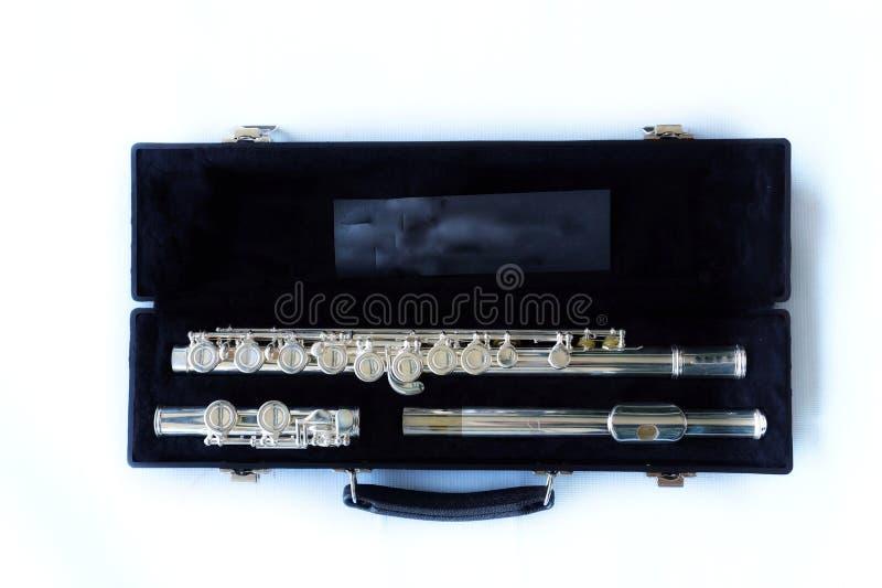 特写镜头视图,顶视图,在黑匣子,白色背景的长笛仪器 免版税库存图片