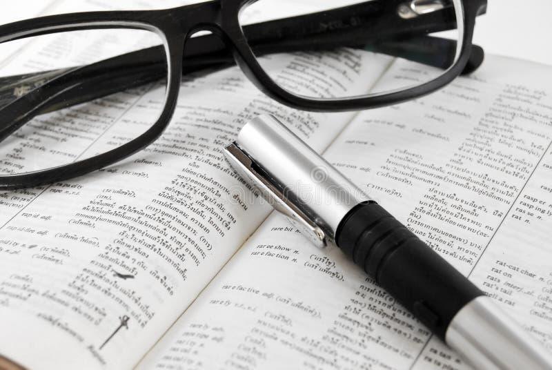 特写镜头词典玻璃笔 免版税库存照片