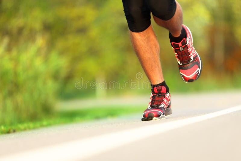 特写镜头赛跑者跑鞋 库存图片