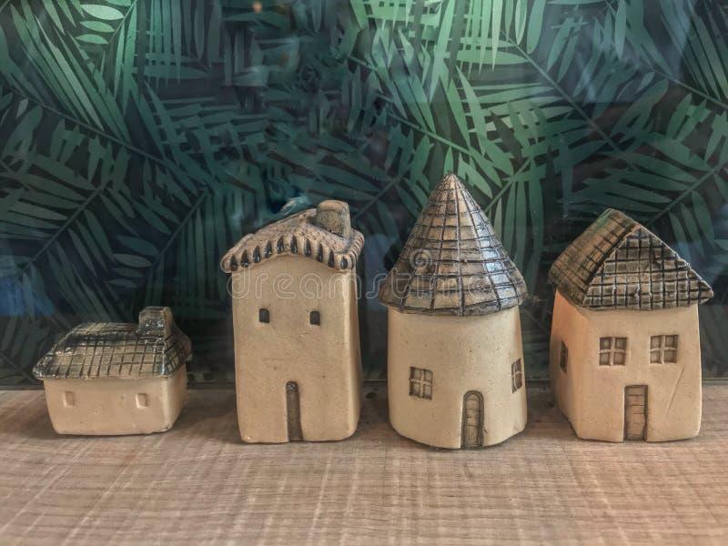 特写镜头赤土陶器房子模型是在咖啡馆的微型大小展示 库存照片