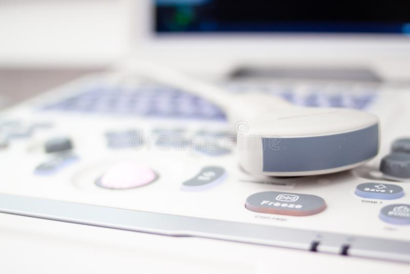 特写镜头超声波扫描器equipmentin在诊所医院 诊断、超生波检查法和健康概念 Copyspace 免版税库存照片