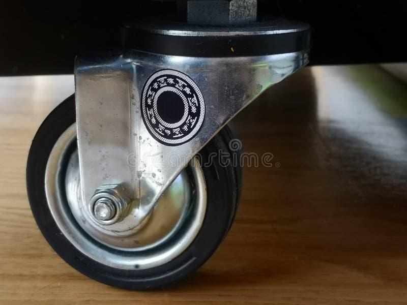 特写镜头转体铸工转动设备,家具轮子 库存图片