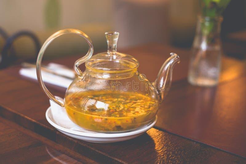 特写镜头透明玻璃茶壶用海在桌上的鼠李茶 免版税图库摄影