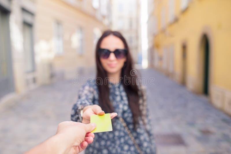 特写镜头通过付款信用卡片的射击了妇女 图库摄影