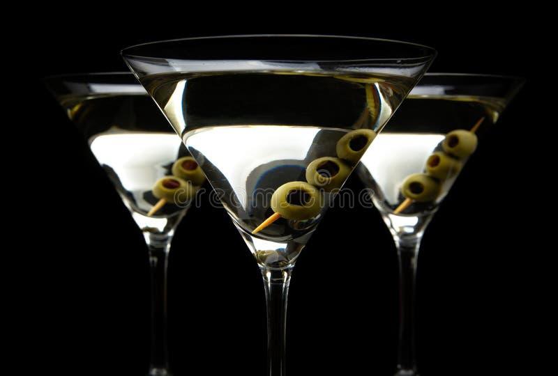 特写镜头马蒂尼鸡尾酒喝用在黑色隔绝的棍子的橄榄 库存照片