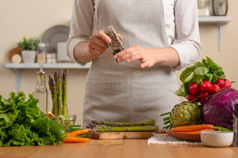 特写镜头,厨师胡椒芦笋,与在轻的背景的菜 丢失的健康和卫生食品,戒毒所的概念, 免版税库存图片