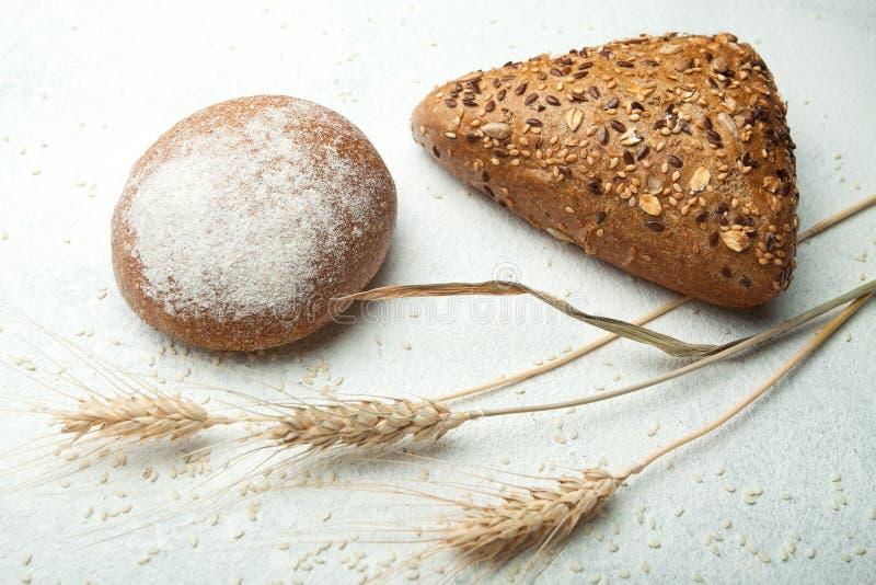 特写镜头,拉伊麦子在白色背景的全麦面包 免版税库存图片